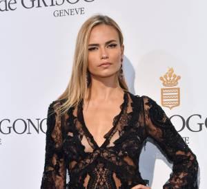 La belle Natasha Poly portait une robe noire en dentelle transparente pour la soirée.