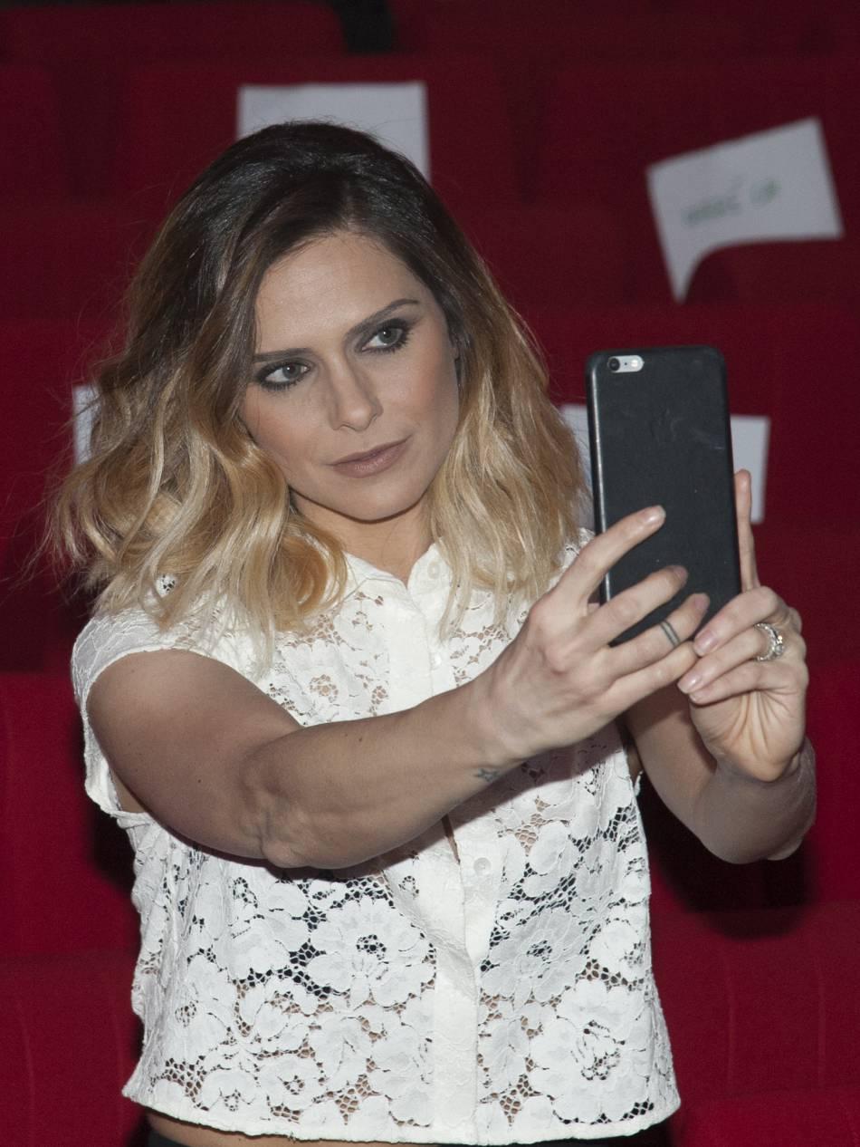 Clara Morgane est une pro des selfies sexy.