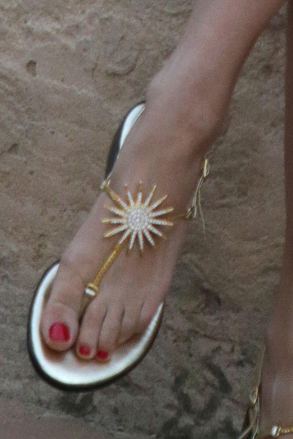 Beatrice Borromeo adopte des sandales précieuses et délicates.