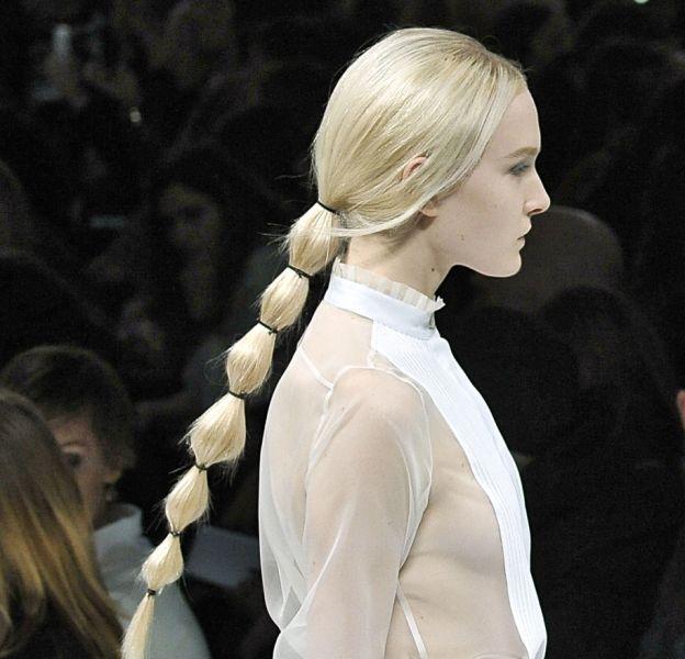 La bubble ponytail d'une mannequin lors du show Valentino Automne-Hiver 2014/2015.