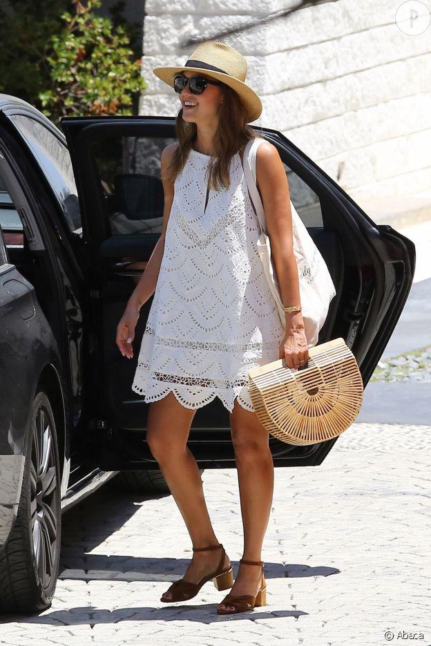 La robe en crochet de Jessica Alba est un vrai indispensable de l'été.