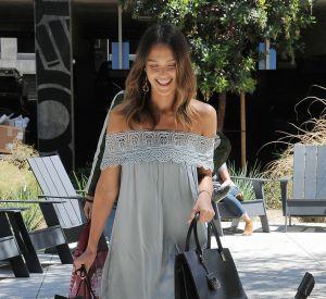 La robe épaules dénudées est une tendance que Jessica Alba affectionne particulièrement.