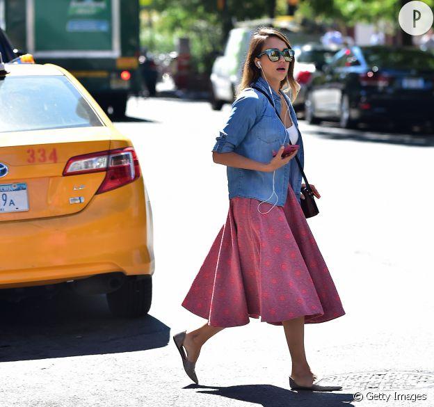 Véritable mix des styles, ce look est notre coup de coeur dans le dressing de Jessica Alba.