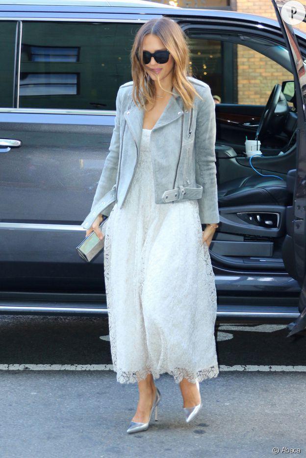 La jupe en tulle met particulièrement la féminité de Jessica Alba en exergue.