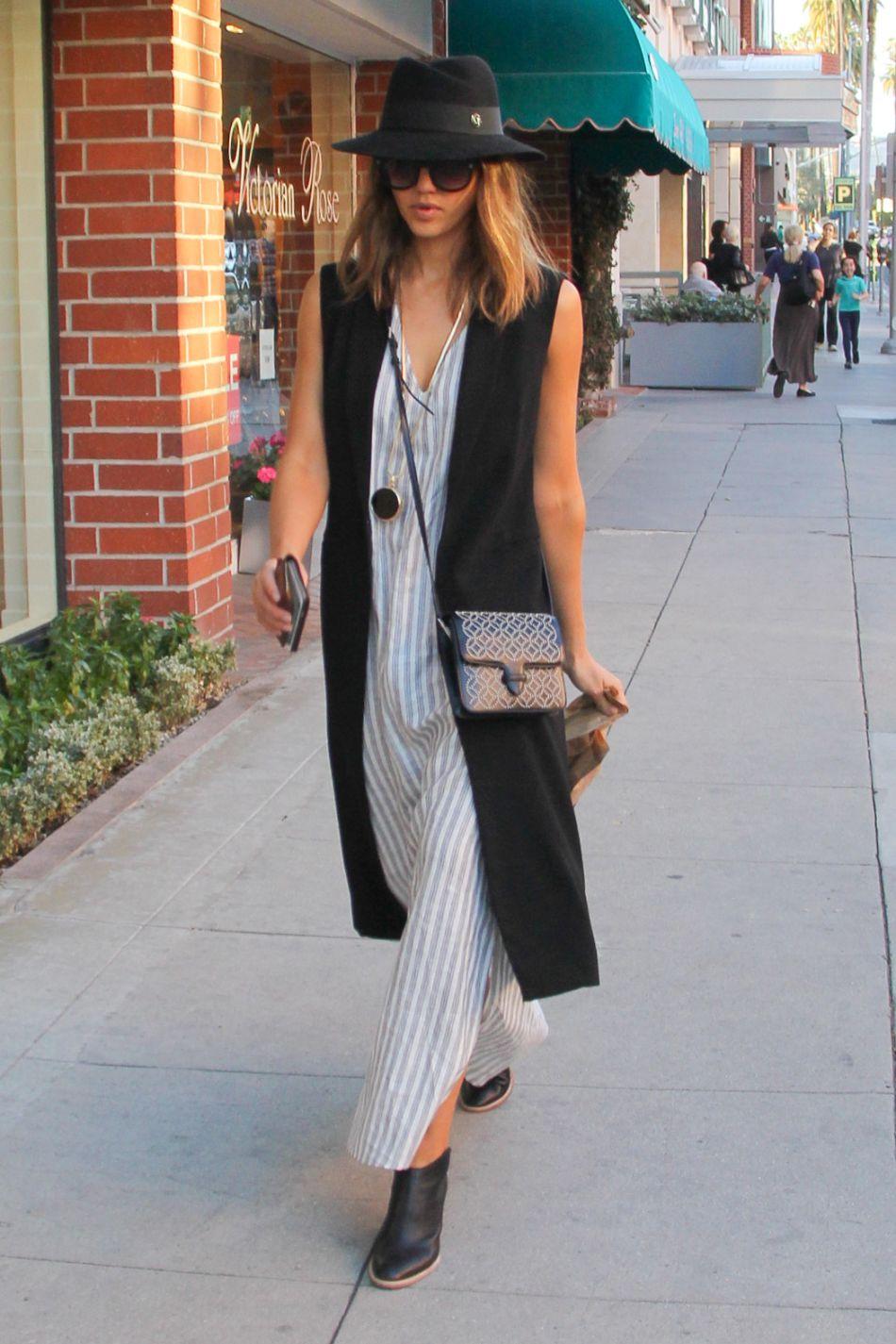 La robe chemise portée par Jessica Alba est une vraie inspiration.