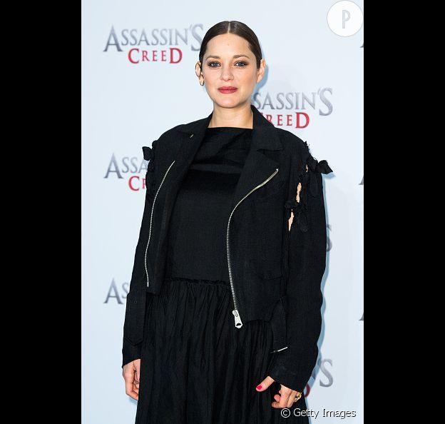 Marion Cotillard en total look noir.