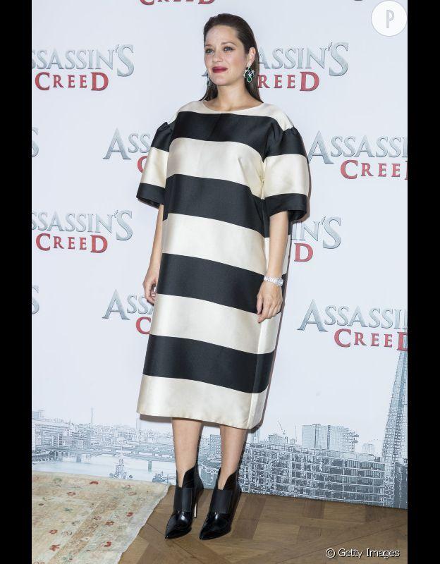 Marion Cotillard en robe rayée pour sa tournée promo.