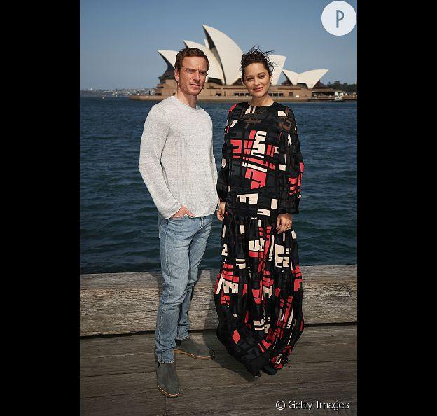 Marion Cotillard en robe imprimée, sublime aux côtés de Michael Fassbender.