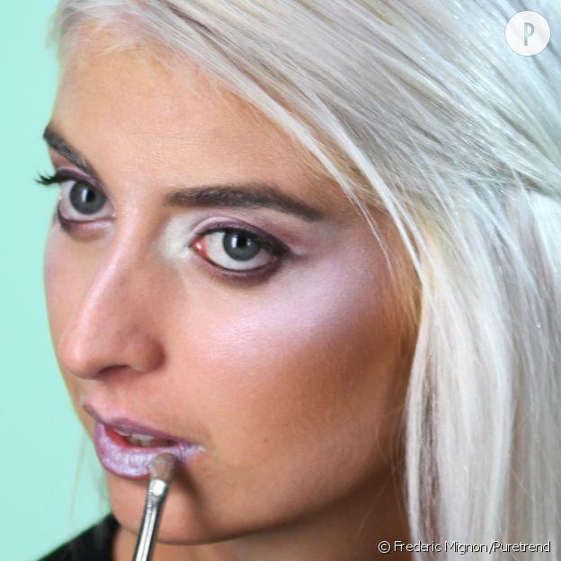 """Etape n°5 : Maquillez vos lèvres avec """"blue ice""""."""