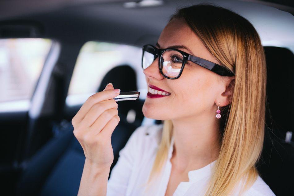 Le maquillage et les lunettes de vue peuvent faire bon ménage.