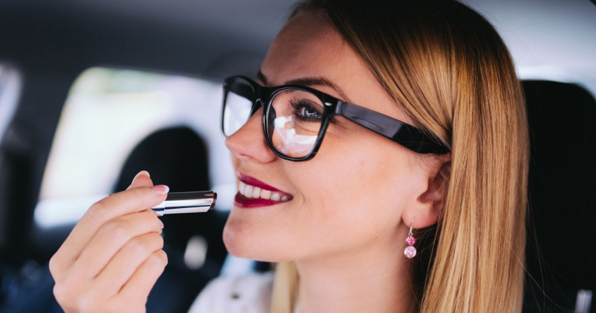 comment se maquiller lorsqu 39 on porte des lunettes puretrend. Black Bedroom Furniture Sets. Home Design Ideas