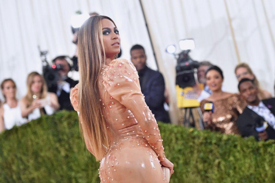 Beyoncé a annoncé qu'elle attendait des jumeaux, provoquant l'hystérie sur Instagram.