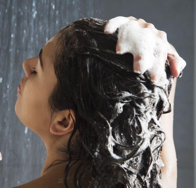 Comment avoir les cheveux brillants grâce au rinçage.