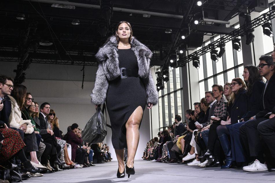 Ashley Graham est le premier mannequin grande taille à apparaître aux côtés des autres models lors du défilé Mickael Kors automne-hiver 2017.