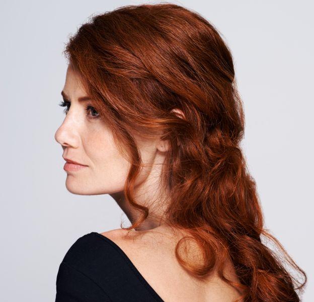 5 coiffures originales pour les cheveux épais.
