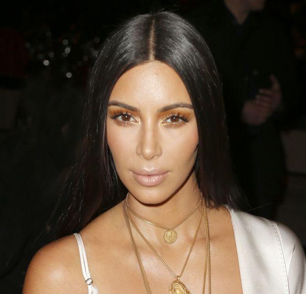 Kim Kardashian efface ses vergetures en se rendant chez le dermatologue.