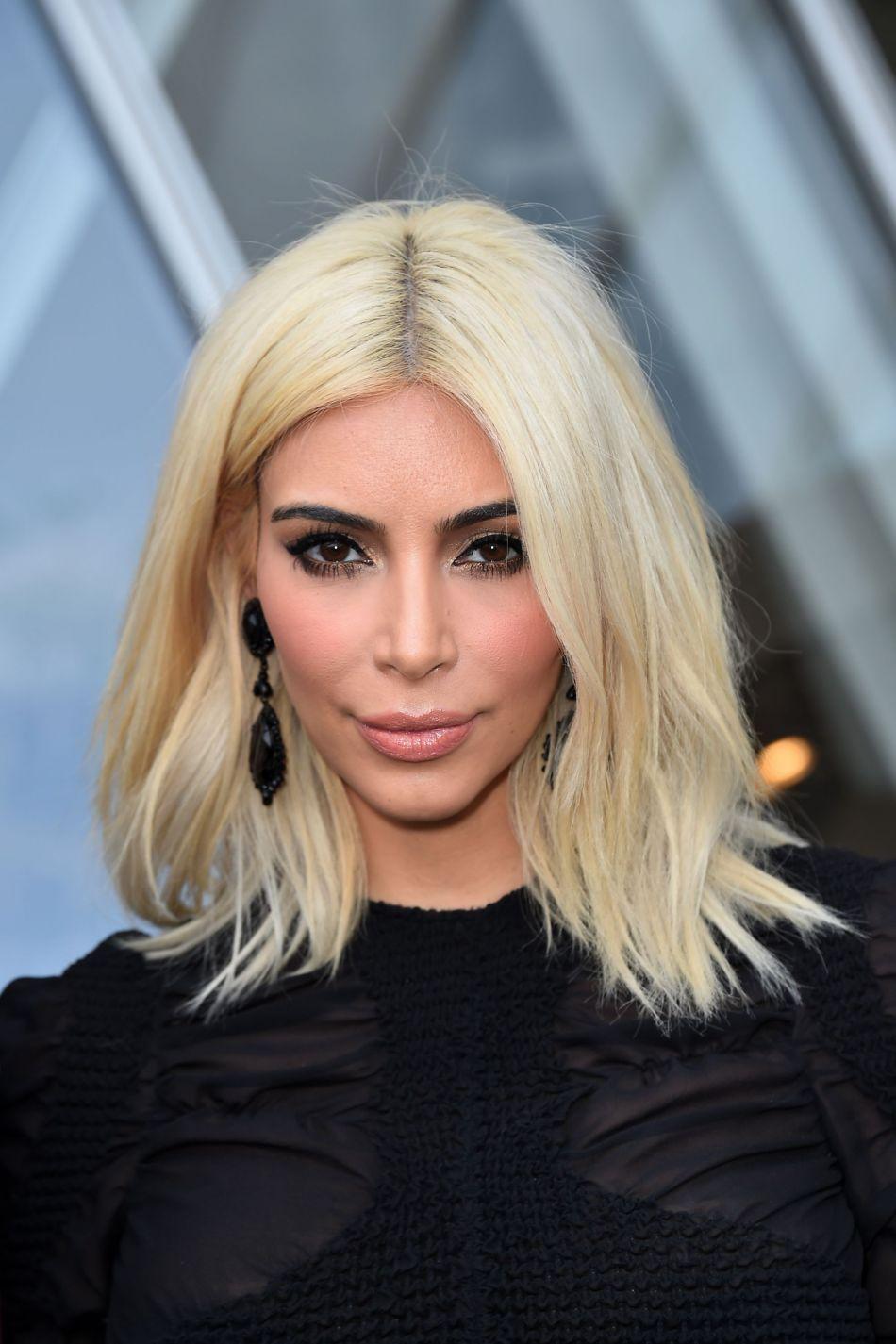 Kim Kardashian A Fait Du Carru00e9 Long Blond Une Coiffure Emblu00e9matique - Puretrend