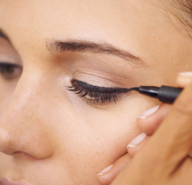 On évite à tout prix de faire un trait d'eyeliner trop épais.