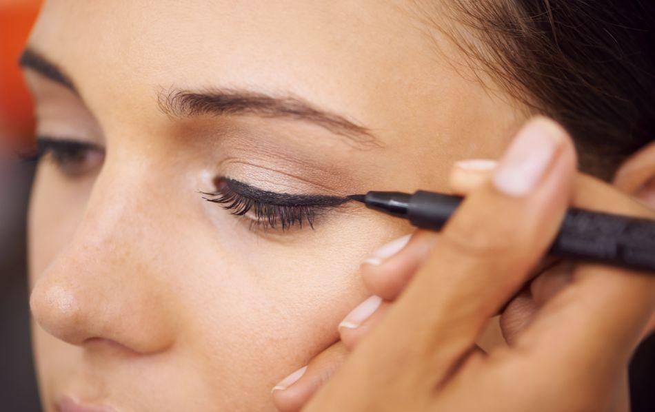 Maquillage des yeux 5 erreurs ne plus commettre - Faire un trait d eye liner ...