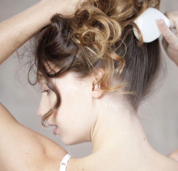 Les cheveux ondulés doivent être traités avec soin.
