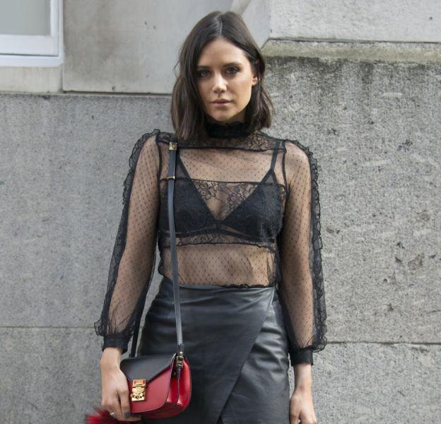 Accompagnez votre chemisier transparent noir d'un soutien-gorge de la même couleur.