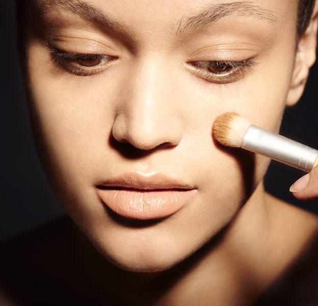 Pour une application optimale, il est préférable d'appliquer le fond de teint au pinceau ou au beauty blender.