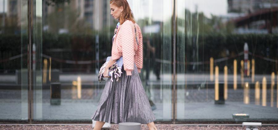 La jupe midi plissée : comment l'adopter ? Conseils + shopping