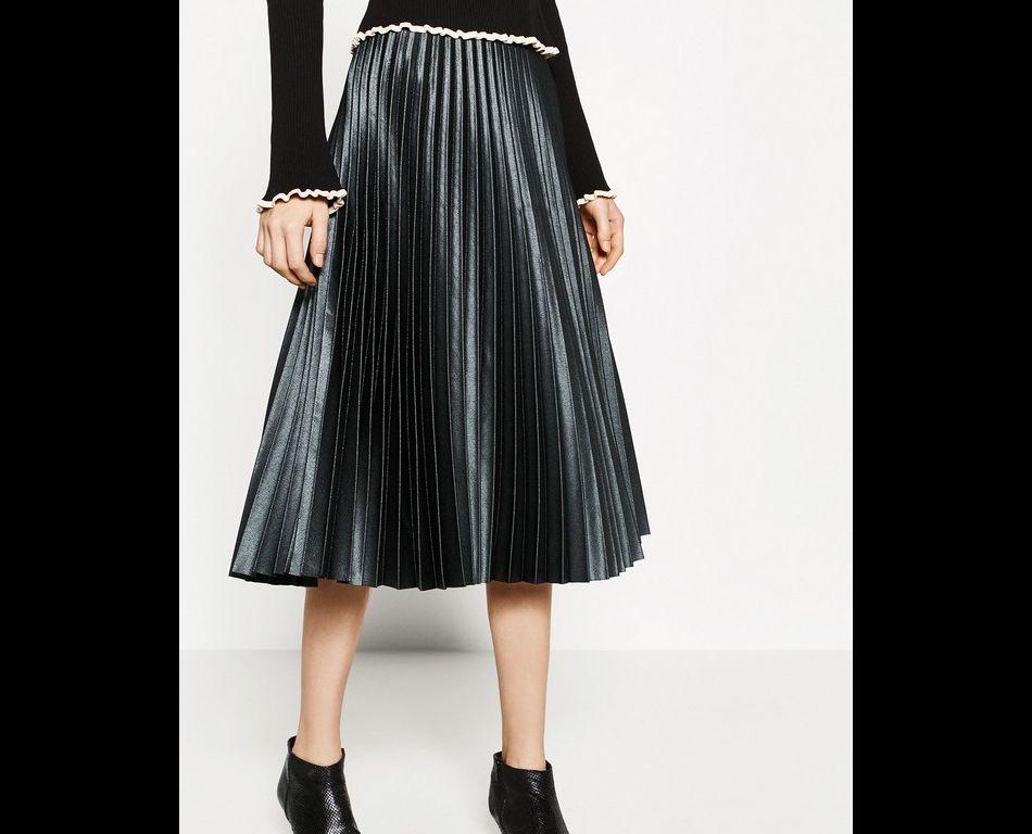 Jupe mi-longue plissée, Zara,  49,95  €.