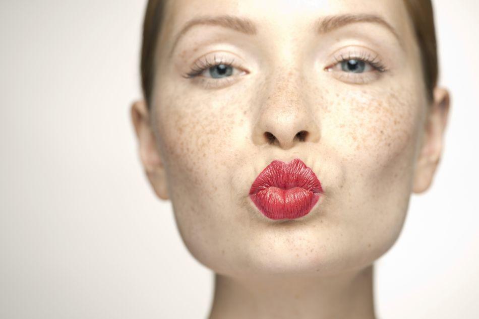 Rien de tel qu'un maquillage nude lorsqu'on porte une bouche rouge.