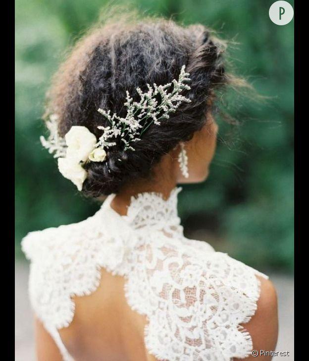 La torsade décorée pour cheveux bouclés