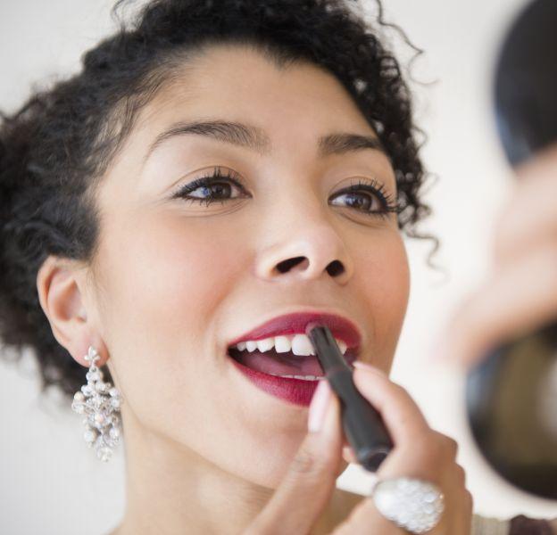 Pour un résultat encore plus glamour, le rouge à lèvres doit être appliqué avec précision.