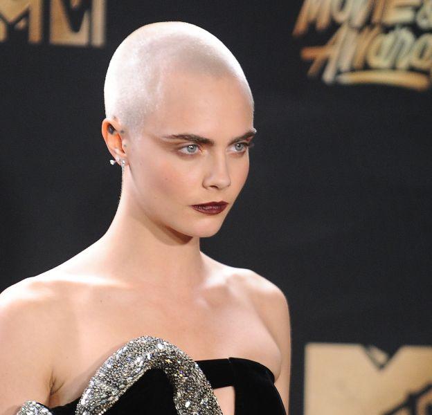 Cara Delevingne fait sensation avec son crâne rasé.