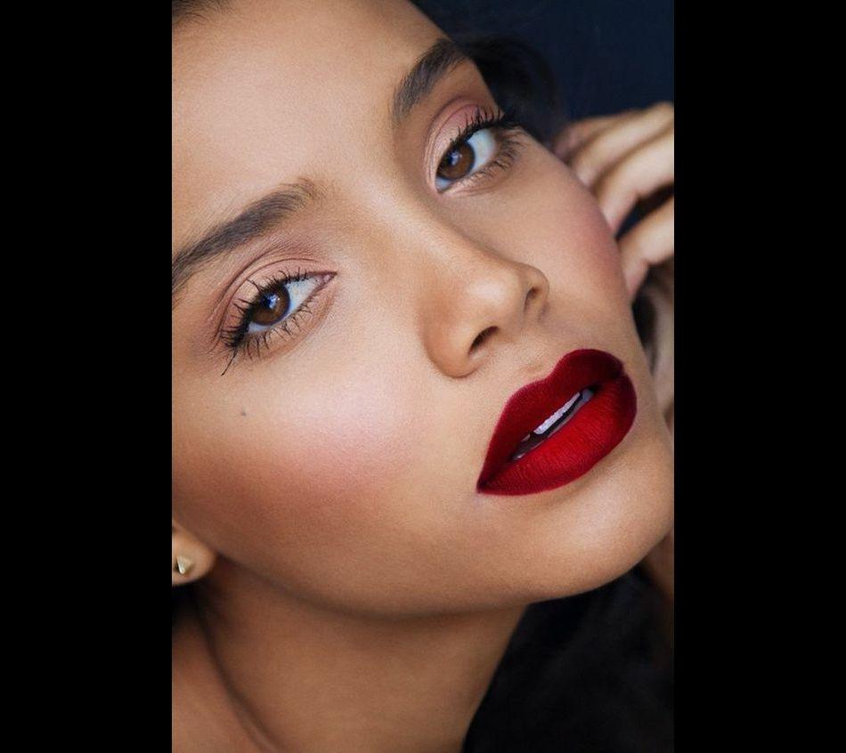 Un maquillage pêche sera parfait pour le printemps pour les yeux marron.