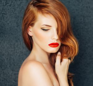 Cheveux : les nuances auburn à adopter en 2018