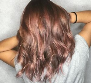 Le rose brown hair, la coloration qui va surpasser le rose gold