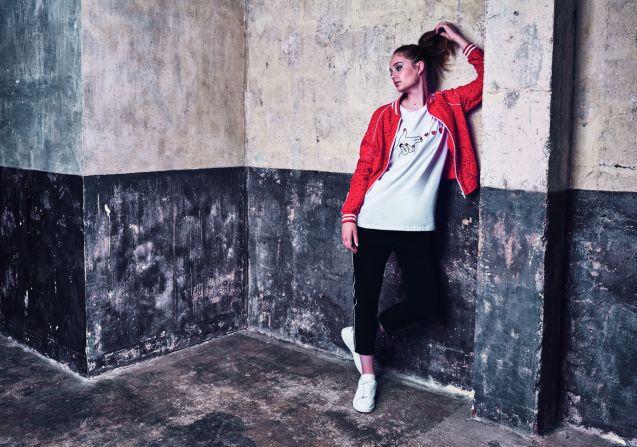 Lili Sidonio est la styliste de sa marque éponyme et prend aussi la pose pour sa collection.