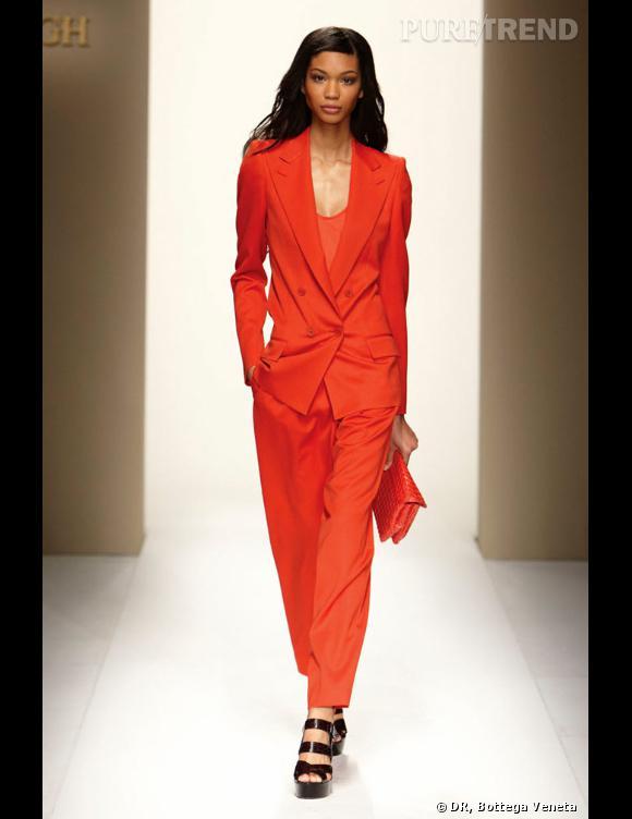Модные, стильные и классические женские брючные костюмы Красный брючный женский костюм вряд ли можно назвать офисным