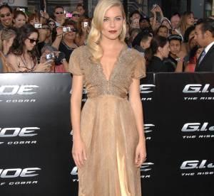 Sienna Miller ose le nude sur le tapis rouge
