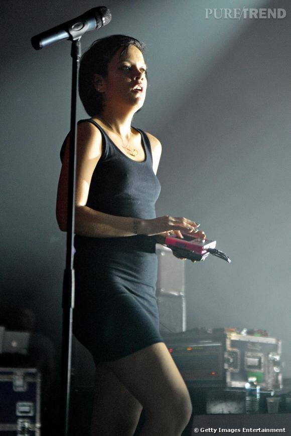 Un robe débardeur en coton noir, courte et moulante: Lily Allen est plus sexy que jamais pour chanter devant son public.