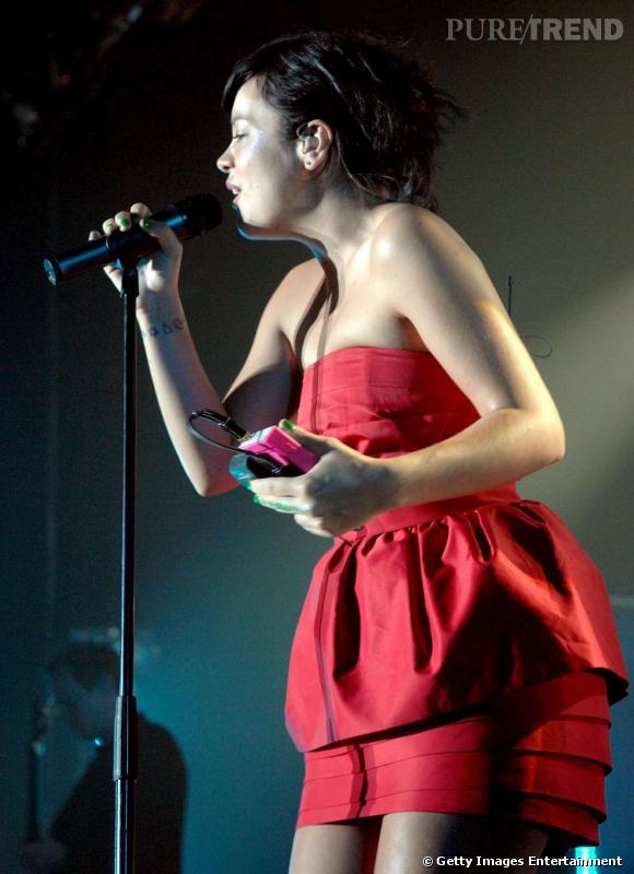 Lily Allen porte à merveille cette petite robe bustier rétro rouge. Le court ne l'effraie pas, et souvent elle casse le côté glamour de ses tenues en leur associant une bonne paire de baskets: sa signature en matière de style.