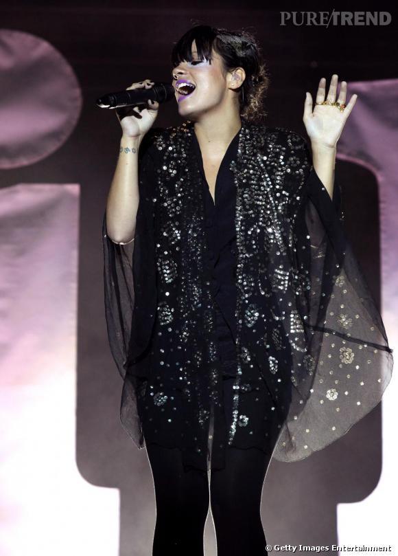 Toute de noire vêtue: Lily Allen joue ici la carte de la sobriété. Elle conserve tout de même son voile de paillettes et a opté pour un rouge à lèvre mauve flashy.