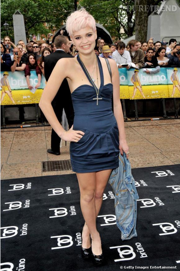 """[people=2396] Pixie Geldof [/people]  a compris qu'il ne servait à rien d'en faire des tonnes, sa coupe de cheveux façon  [people=2143] Madonna [/people]  dans """"True Blue"""" assure la moitié du travail, parfaitement complétée par une petite robe moulante et une veste en jean."""