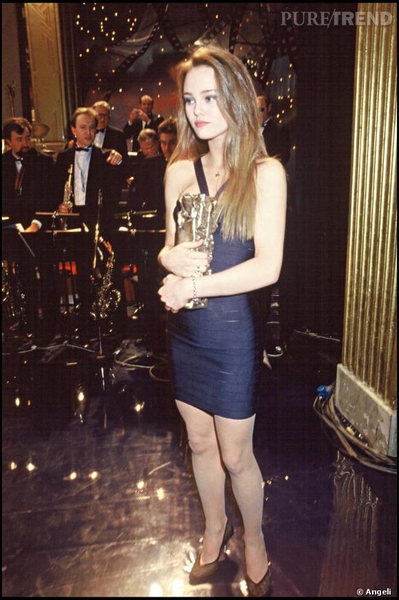 En 1990, c'est un look plutôt Lolita qu'adopte Vanessa Paradis , comme ici aux Cesar avec sa robe moulante bleue marine.