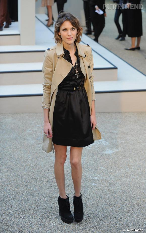 Au défilé Burberry, Alexa Chung célébrait le retour de la marque à la Fashion Week de Londres en arborant un trench-coat, produit emblématique de la marque anglaise.