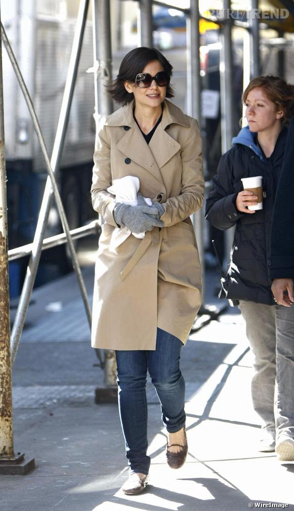 Katie Holmes ne s'est pas contentée de l'automne pour porter le trench coat... Toutes les saisons sont bonnes pour sortir son imper !