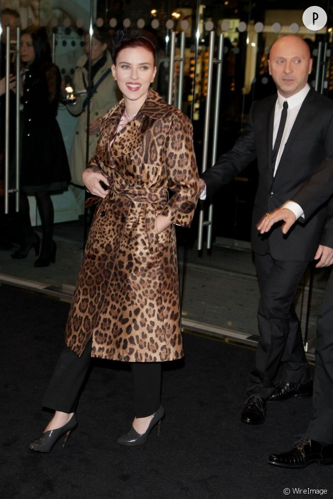 eg rie dolce gabbana scarlett johansson opte pour un trench leopard l 39 image de la griffe. Black Bedroom Furniture Sets. Home Design Ideas