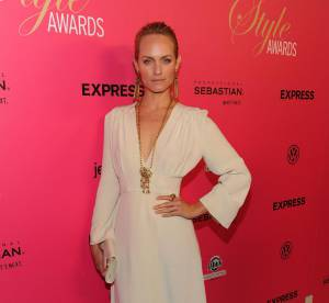 Amber Valletta revisite la classique robe blanche