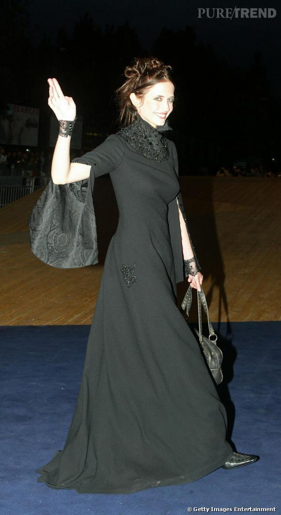 En 2003, Eva Green a pris son envol et mise désormais un look gothique. Cela étant, ses tortillons dans les cheveux et son maquillage nude féminisent sa tenue, un peu sombre.