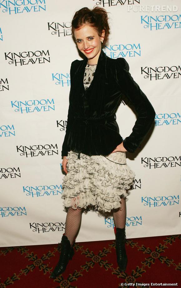 Toujours très souriante, Eva Green opte pour des tenues plus modes quoique toujours pointés de rétro. Il n'y a qu'elle pour porter une veste en velours, verte, sur une robe à volants ! Un genre qu'elle apprivoise à la perfection.