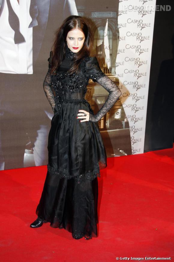 Le teint porcelaine, la bouche rouge éclatant, Eva Green aurait pû jouer la compagne de Dracula. En effet, la robe ajustée, doublée qui se finit en dentelles lui donne un côté fémme fatale inquiétant. Col fermé toujours, elle joue les dominatrices sur le tapis rouge. Il fallait oser.